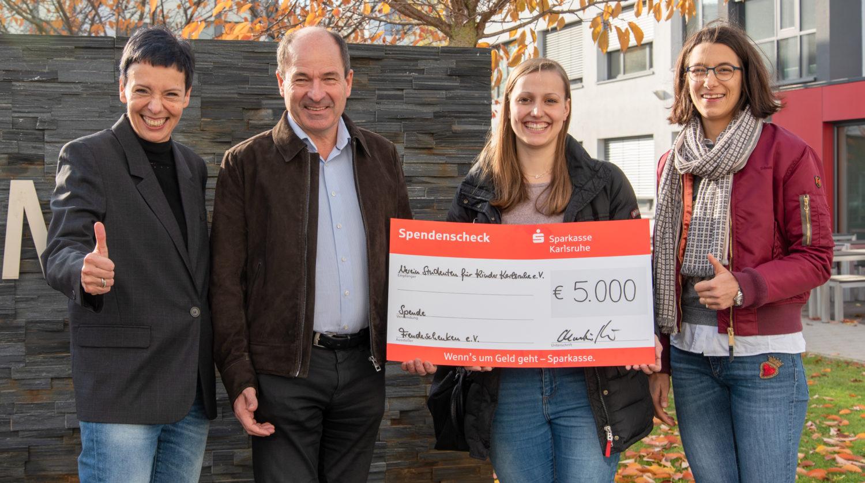 uebergabe spenden scheck freudeschenken Studenten fuer Kinder Karlsruhe